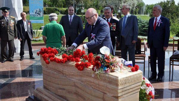 Присутствующие почтили память жертв депортации и возложили цветы. - Sputnik Узбекистан