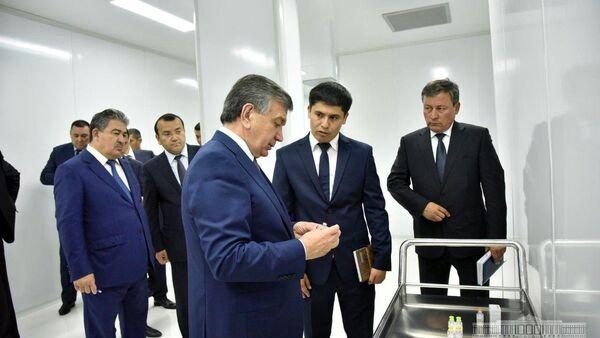 Мирзиёев ознакомился с деятельностью предприятия по производству инсулина во время визита в Андижан - Sputnik Ўзбекистон