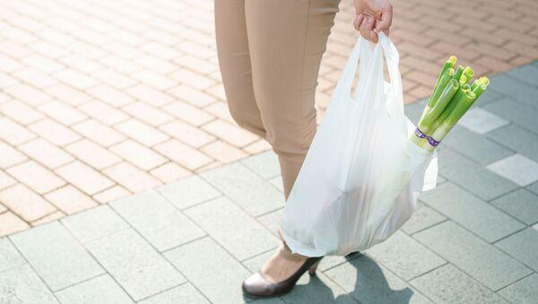 Женщина с пакетом продуктов - Sputnik Ўзбекистон