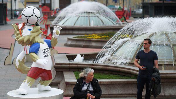 Фигура официального талисмана чемпионата мира по футболу 2018 волка Забиваки, установленная к чемпионату мира по футболу 2018, на Манежной площади в Москве - Sputnik Узбекистан