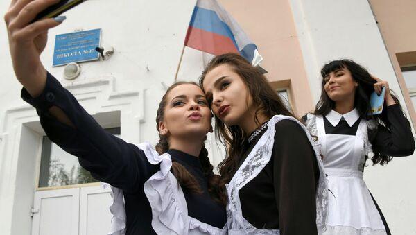 Выпускницы делают селфи  - Sputnik Ўзбекистон