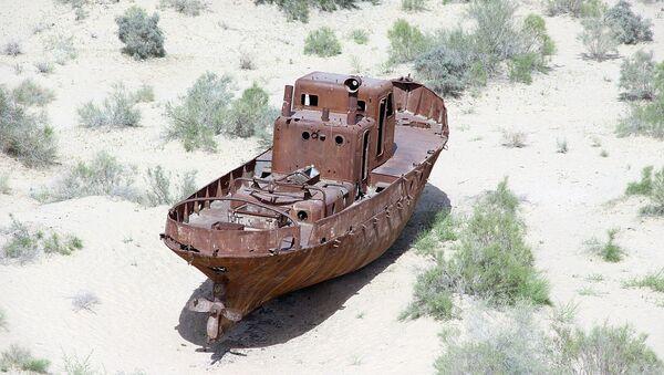 Starыy korabl na beregu Aralskogo morya - Sputnik Oʻzbekiston