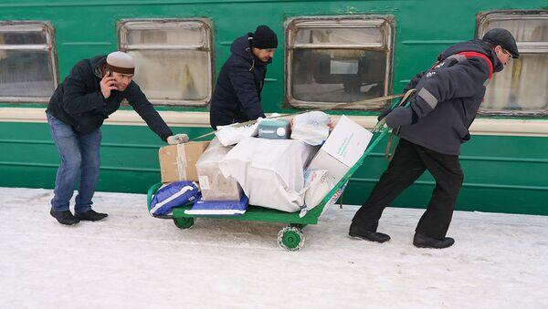 Пассажиры на поезд Москва-Душанбе загружают свой багаж, архивное фото - Sputnik Ўзбекистон