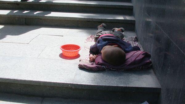 Уличные зарисовки Тбилиси. Бездомный ребенок в переходе. - Sputnik Узбекистан