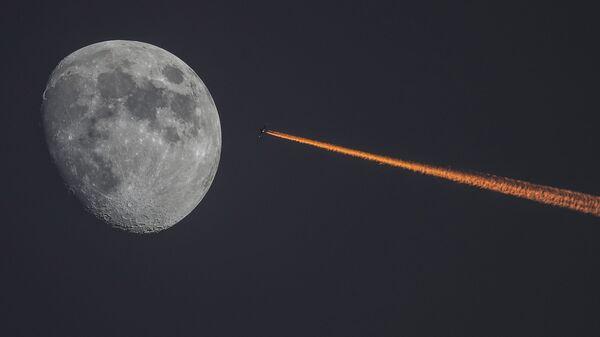 Луна и самолет на закате - Sputnik Узбекистан