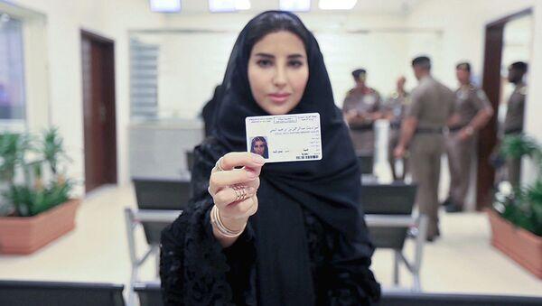 Женщине в Саудовской Аравии впервые выдали водительское удостоверение - Sputnik Ўзбекистон