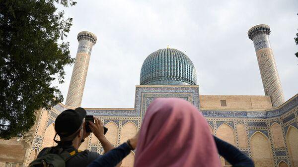 Туристы осматривают мавзолей Гур Эмира в Самарканде - Sputnik Узбекистан