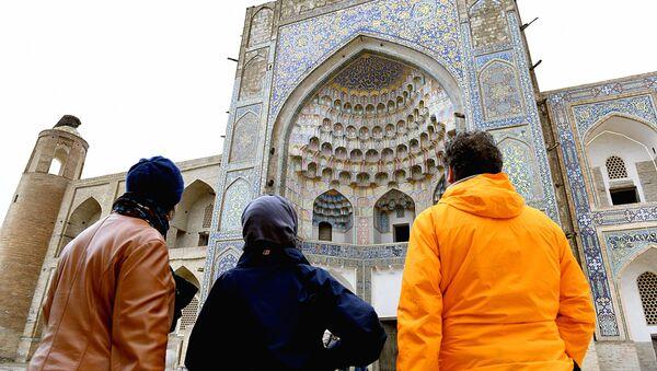 Туристы осматривают достопримечательность - Sputnik Узбекистан