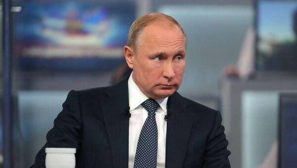 Президент РФ Владимир Путин отвечает на вопросы россиян во время ежегодной специальной программы Прямая линия с Владимиром Путиным - Sputnik Ўзбекистон