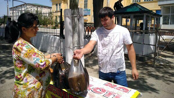 Раз в неделю по 700-800 буханок хлеба бесплатно раздаёт людям житель махалли Муллиён г. Самарканда Самар Махмудов - Sputnik Ўзбекистон