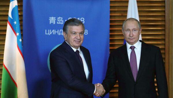 Президент РФ Владимир Путин и президент Республики Узбекистан Шавкат Мирзиёев (слева) во время встречи на полях саммита Шанхайской организации сотрудничества (ШОС) в китайском Циндао. - Sputnik Узбекистан