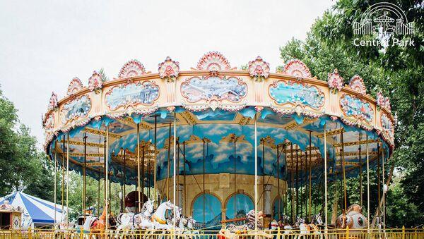 В Central Park установлена первая в Узбекистане настоящая французская карусель. Точно такая же установлена в Париже возле Эйфелевой башни. - Sputnik Ўзбекистон