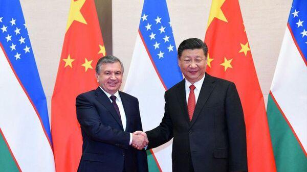 Президент Шавкат Мирзиёев в рамках проходящего в Циндао Саммита ШОС встретился с Председателем Китайской Народной Республики Си Цзиньпином - Sputnik Ўзбекистон