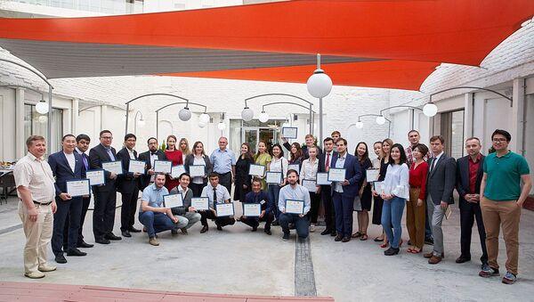 Участники школы с дипломами - Sputnik Узбекистан