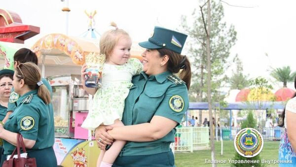Сотрудники ГУВД Ташкента устроили праздник для детей из молоимущих семей - Sputnik Узбекистан