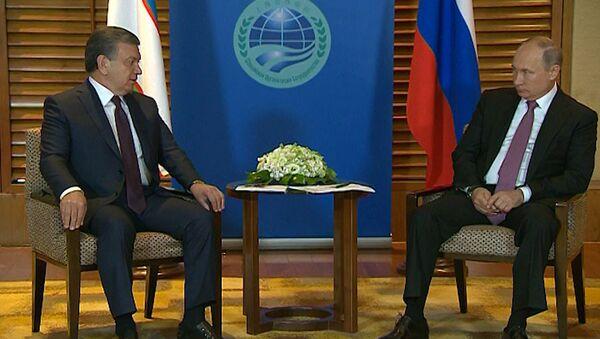 Президент Узбекистана Шавкат Мирзиёев встретился со своим российским коллегой Владимиром Путиным на полях саммита ШОС в Китае - Sputnik Узбекистан