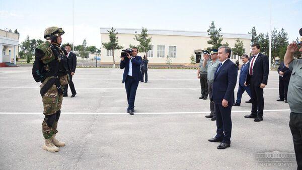 Shavkat Mirziyoyev posetil v Ferganskoy oblasti voinskuyu chast Vostochnogo voyennogo okruga - Sputnik Oʻzbekiston
