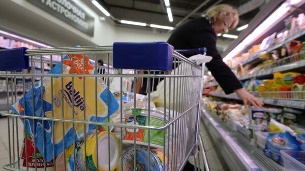 Покупатель в супермаркете - Sputnik Узбекистан