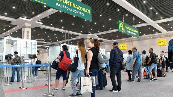 Встреча первых пассажиров в новом международном терминале аэропорта Ташкент  - Sputnik Ўзбекистон