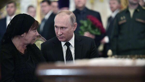 Президент РФ В. Путин на церемонии прощания с режиссером и депутатом Госдумы РФ Станиславом Говорухиным - Sputnik Узбекистан
