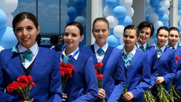 Стюардессы встречают пассажиров в новом терминале аэропорта Ташкента  - Sputnik Узбекистан