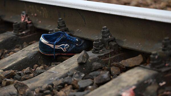 Архивное фото обуви на рельсах - Sputnik Узбекистан