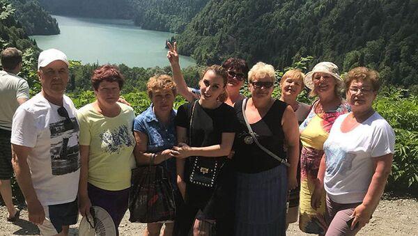 Руслана Гергедава во время экскурсии на озере Рица - Sputnik Узбекистан