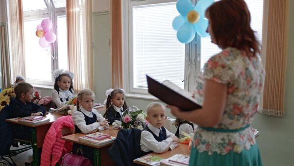 Ученики и учитель на уроке - Sputnik Ўзбекистон