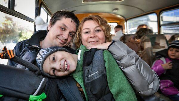 Родители с усыновленным мальчиком в салоне автобуса - Sputnik Ўзбекистон
