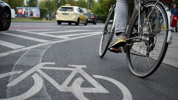 Мужчина едет на велосипеде по велосипедной дорожке - Sputnik Узбекистан