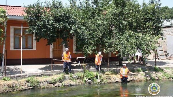 Прямо на берегу канала Салар люди возвели хозяйственные постройки, туалеты, курятники и прочие строения - Sputnik Узбекистан