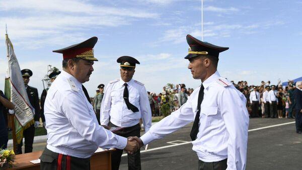 Генерал-майор Абдусалом Азизов вручил грудные знаки курсантам - Sputnik Ўзбекистон
