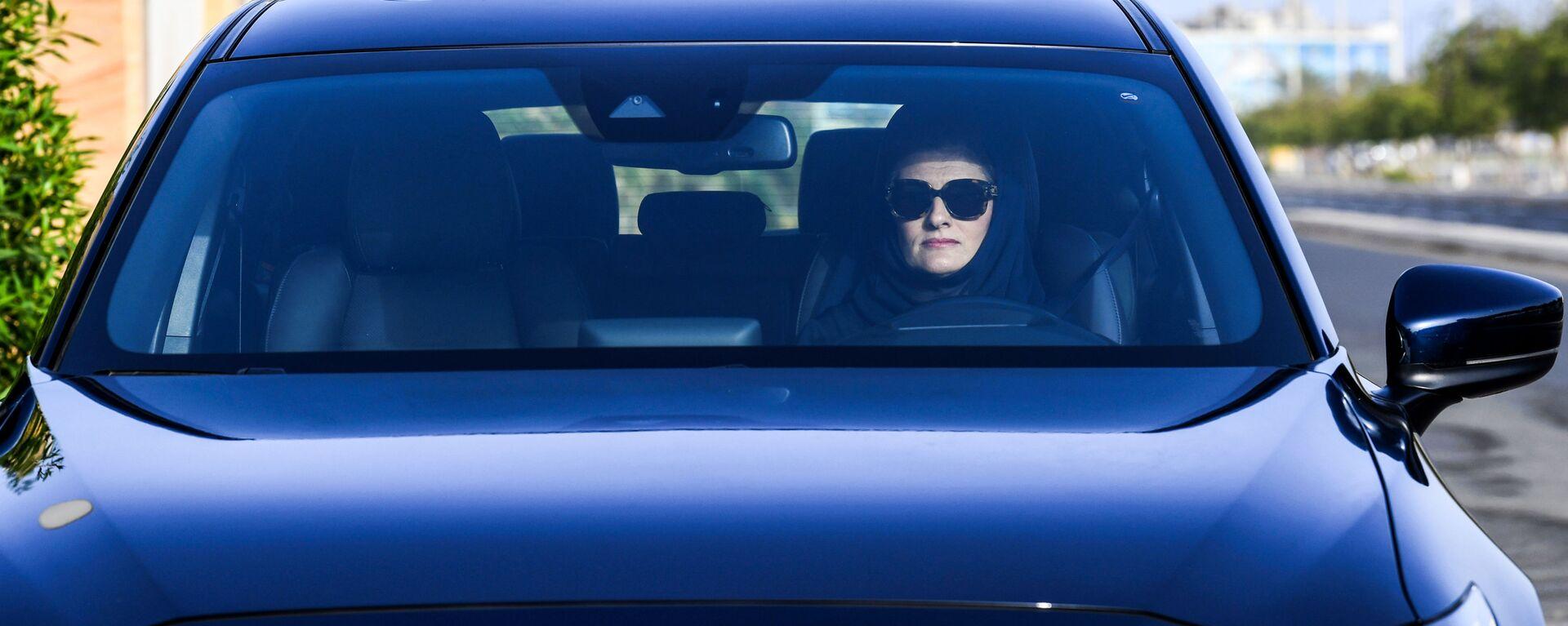 Женщина за рулем автомобиля - Sputnik Узбекистан, 1920, 10.08.2021