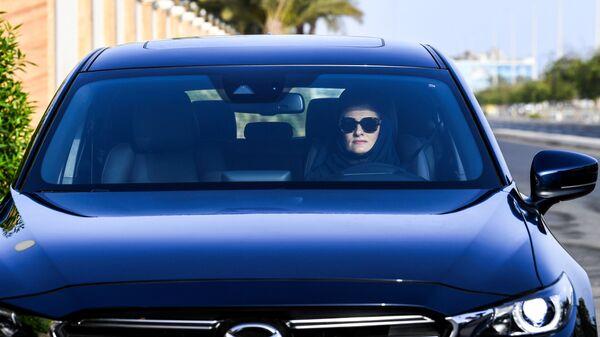 Женщина за рулем автомобиля - Sputnik Узбекистан