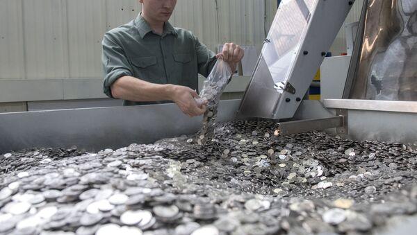 Rabochiy na linii upakovki na monetnom dvore. - Sputnik Oʻzbekiston