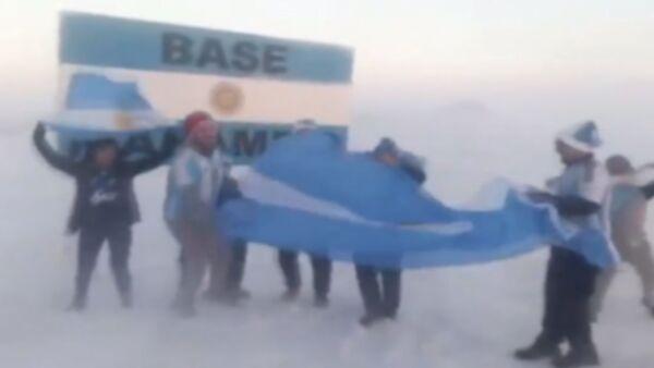 Аргентинцы на Антарктиде отпраздновали выход своей сборной в 1/8 финала ЧМ-2018 - Sputnik Узбекистан