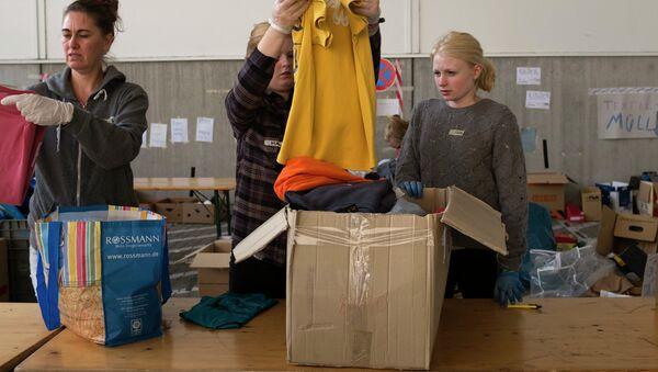 Волонтеры сортируют и упаковывают вещи - Sputnik Ўзбекистон