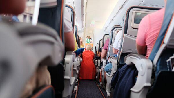 Пассажиры и бортпроводница в самолете авиакомпании Аэрофлот во время полета. - Sputnik Ўзбекистон