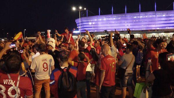 СПУТНИК_Бельгийские и британские фанаты устроили гуляния в Калининграде - Sputnik Узбекистан