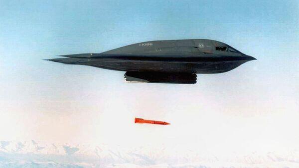 Американский бомбардировщик B-2 Spirit сбрасывает бомбу B-61 - Sputnik Ўзбекистон