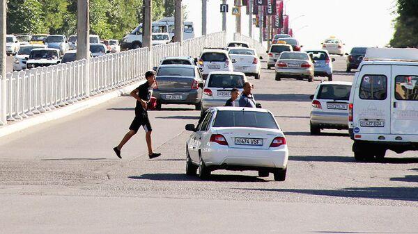 Пешеходы переходят дорогу - Sputnik Ўзбекистон