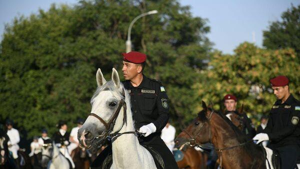 Конный парад собрал сотни людей в центре столицы. Жители Ташкента, а также его гости стали свидетелями незабываемого зрелища.  - Sputnik Ўзбекистон