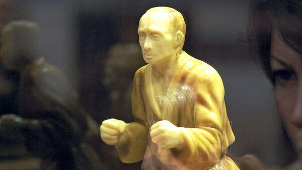 Скульптура президента России Владимира Путина, выполненная из шоколада, на первом московском Салоне шоколада  - Sputnik Узбекистан