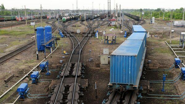 Подвижной состав на путях сортировочной станции - Sputnik Узбекистан