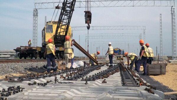 Железнодорожники ведут работы по подводу путей к Крымскому мосту  - Sputnik Узбекистан