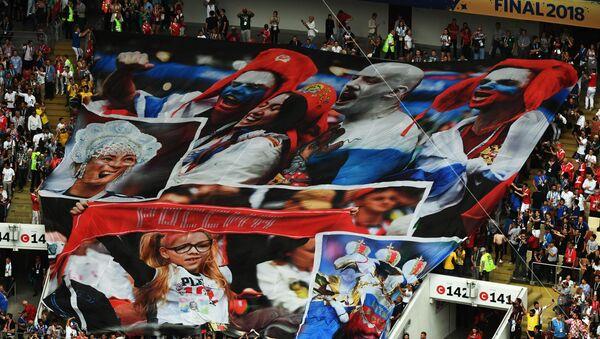 Болельщики на торжественной церемонии закрытия чемпионата мира по футболу - 2018 на стадионе Лужники в Москве. - Sputnik Узбекистан