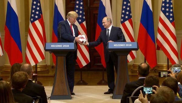 Путин подарил Трампу футбольный мяч ЧМ-2018 - Sputnik Узбекистан