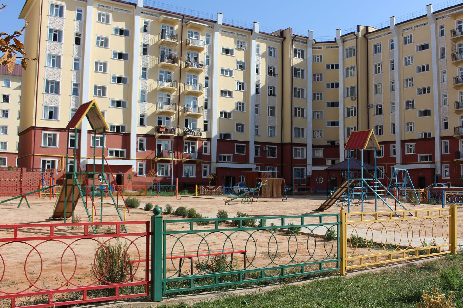 Detskaya ploщadka vo dvore doma v Tashkente - Sputnik Oʻzbekiston, 1920, 21.09.2021