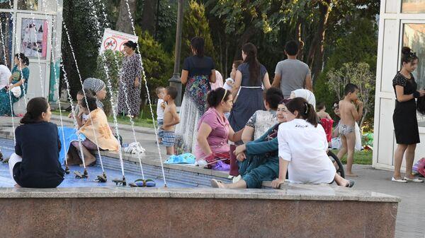 Жители и гости Ташкента у фонтана в жаркий день - Sputnik Узбекистан