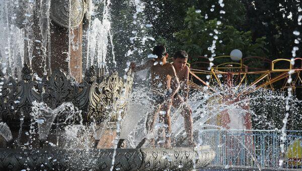 Deti kupayutsya v fontane v Tashkente - Sputnik Oʻzbekiston